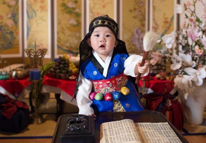 Tiệc thôi nôi là sinh nhật 1 năm của em bé. Theo quan niệm của người Hàn Quốc, bữa tiệc này rất quan trọng vì ảnh hưởng đến tiền đồ của em bé.