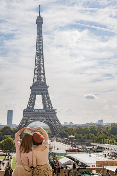 du khách tham quan chụp hình tại tháp Eiffel