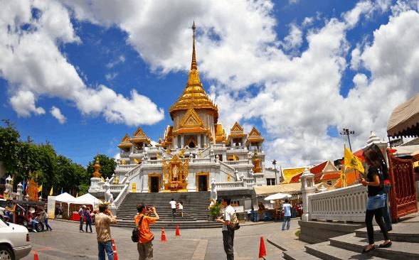 Thời điểm lý tưởng nhất để du khách đến tham quan chùa là vào sáng sớm, là lúc ít người, dễ dàng trong việc chụp ảnh bức tượng đặt ở một gian chánh điện chật hẹp (Ảnh ST)